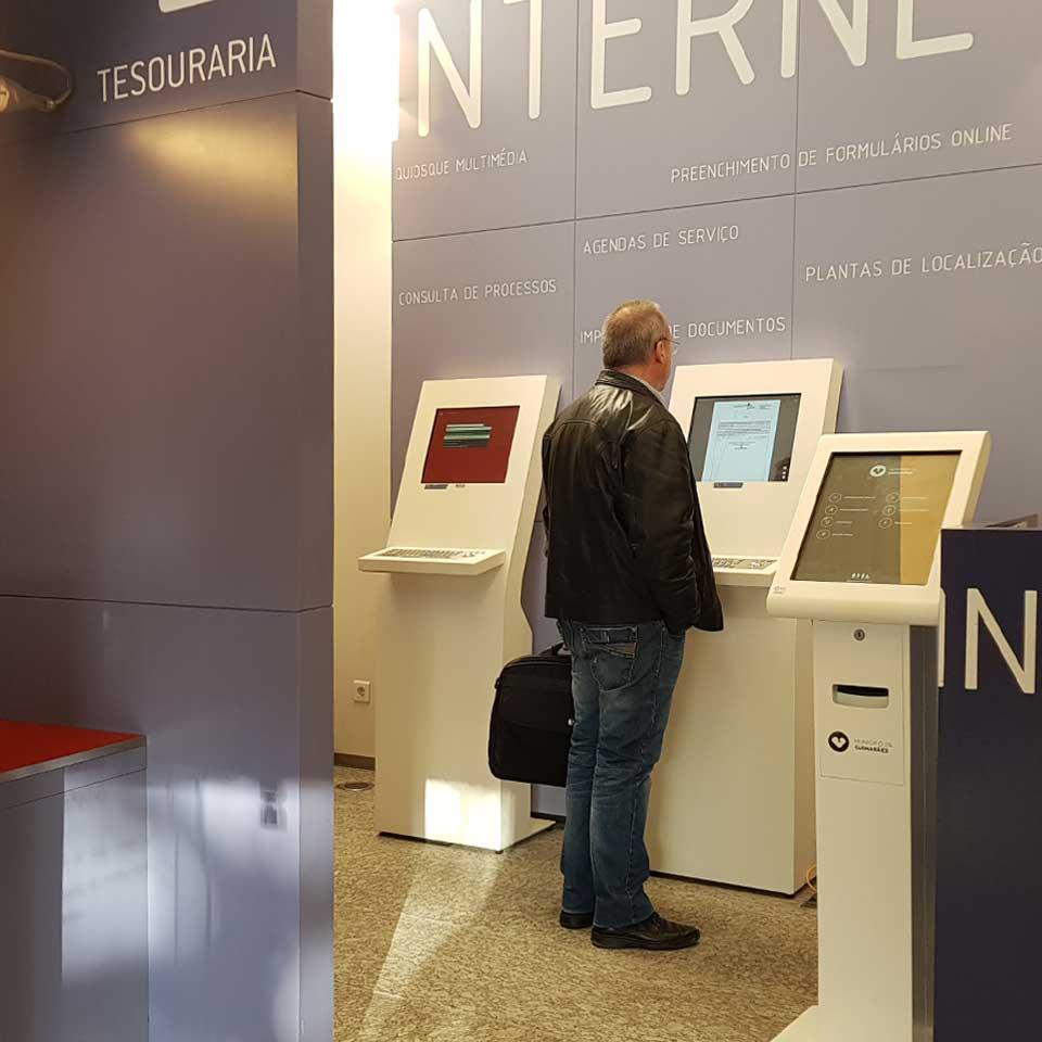 CM Guimarães: Customized service with digital kiosks