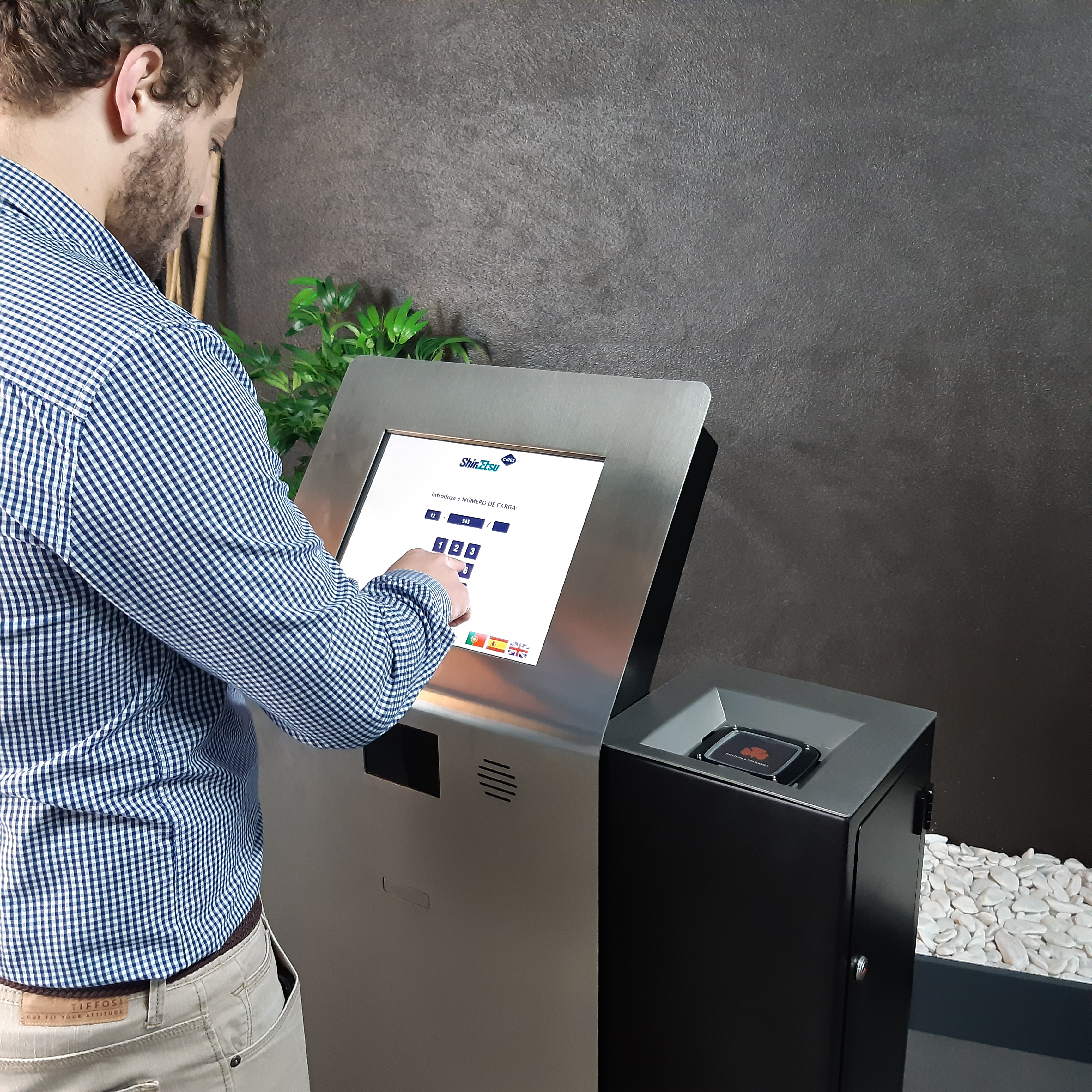 Pagers dispenser kiosk for logistics management