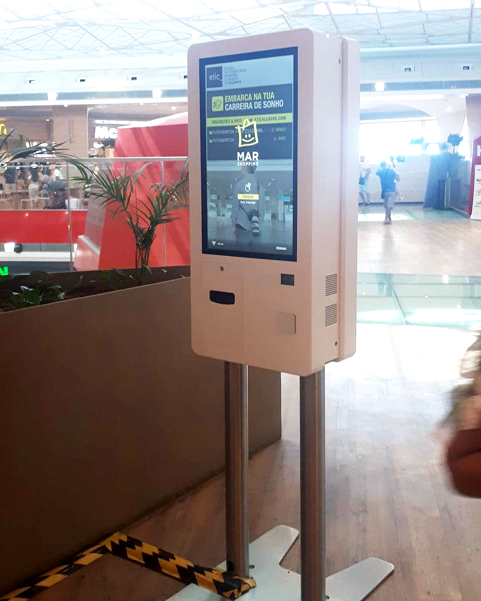 MAR Shopping Algarve contributes to technological development with installation of double-sided self-service kiosks