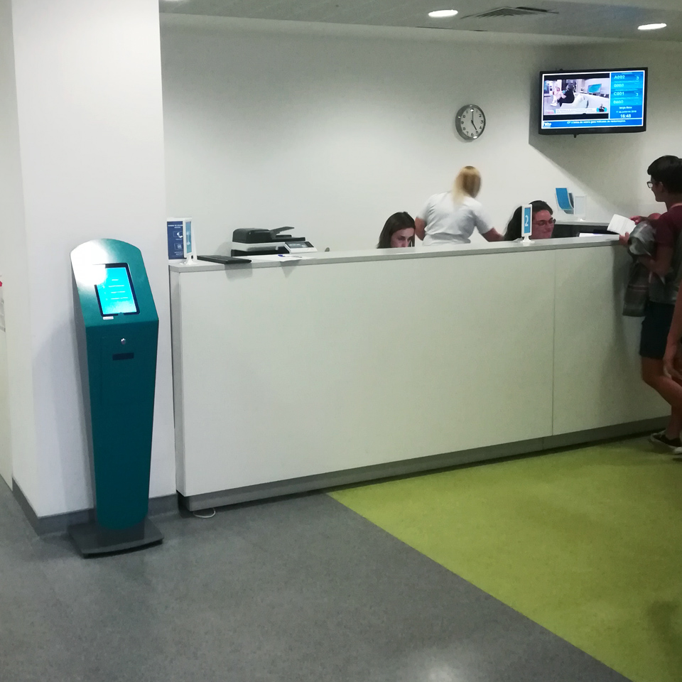 Fernando Pessoa University School Hospital invests in QMAGINE queue management and social service systems